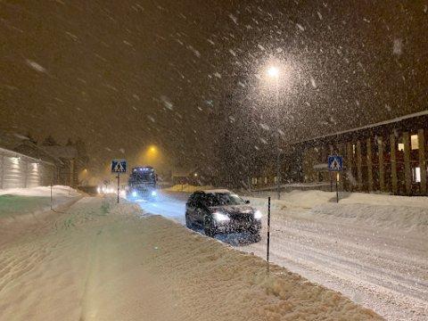 KRAFTIG SNØVÆR: Det har snødd mye den siste tiden. Her fra Numedalsveien torsdag kveld.