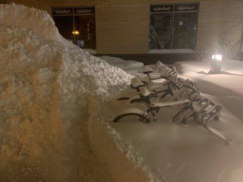 Nedsnødde sykler i Bekkedokk ved Stortorvet.