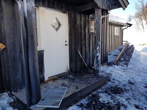 BRANN: En hytte tok fyr i Nore og Uvdal, i Nørstebølia, tidlig onsdag morgen. Beboerne ble vekket av brannvarslere.
