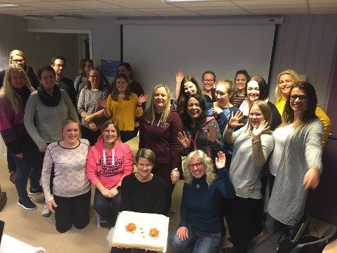 Personalet feiret barnehagen sin bursdag med kake.