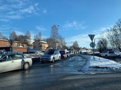 KØ: Søndag ettermiddag er det en del kø gjennom Kongsberg sentrum. I trafikkartet under kan du følge trafikken.