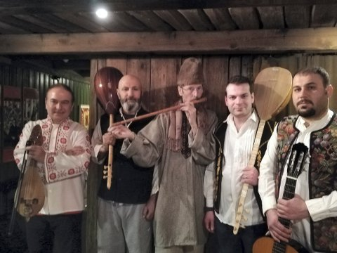ENSEMBLE: Disse musikerne holder konsert i Galleri Åkern 30. mars. Fra venstre: Konstantin Georgiev, Jan Khelil, Svein Westad, Mohamad Ali og Sirvan Abdullahi.