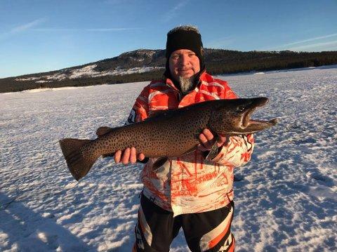 Ove Andreassen fra Drammen er en ivrig fisker, men det er sjelden han får så stor fjellørret på isen som den han fikk i Tunhovdsfjorden fredag.