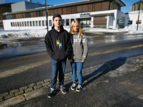 STREIKER: Elevrådsrepresentant for 1. klasse 1C elektro, Eirik Opsal (16) og elevrådsleder Viktoria Klevstad (18) oppfordrer alle i Kongsberg til å bli med på den nasjonale skolestreiken for klimaet fredag 22.mars.