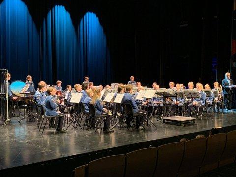Hovedkorpset på scenen i Asker.