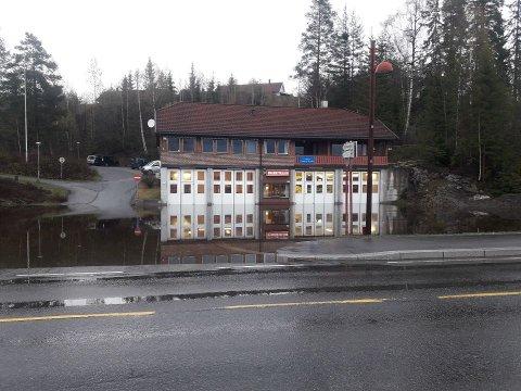 MYE VANN: En tett stikkrenne førte til store vannmengder utenfor brannstasjonen på Lampeland.