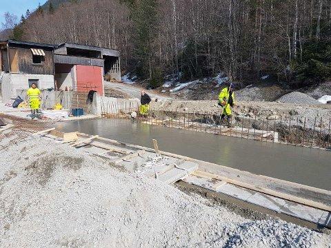 NÅ:  På byggeplassen er arbeiderne allerede ei gang med å støpe fundamentene til det som skal bli den nye betongfabrikken på Norefjord. Planen er at fabrikken skal stå ferdig i slutten av mai.