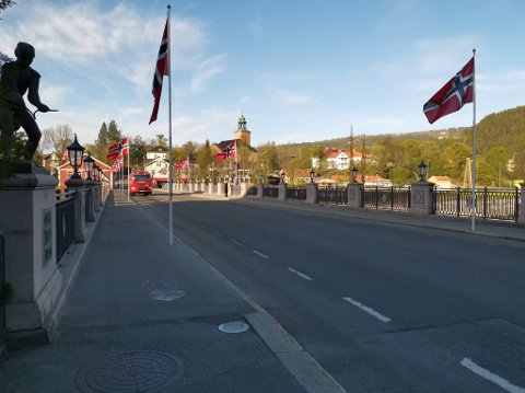 GRATULERER MED DAGEN! Brannvesenet i Kongsberg er på plass for å henge opp flagg på nasjonaldagen. Vi ønsker alle våre lesere en riktig god 17.mai!
