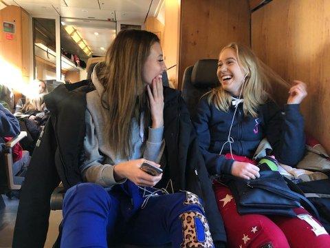 TOGTUR: Vilde Strand Rø og Hanna Friis Popperud på vei til Stavanger fredag morgen.