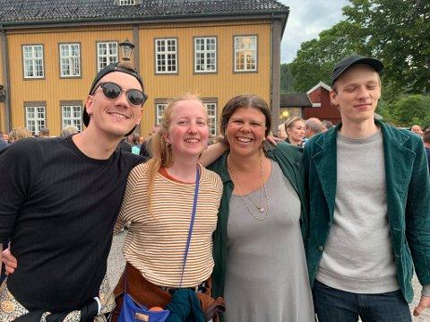 SIGRIDFANS: De var begeistret for konserten på Kirketorget med Sigrid. Fra venstre: Jørgen Holm Klevar, Åshild Hagen, Iselin Partee og Kristoffer Lippestad.