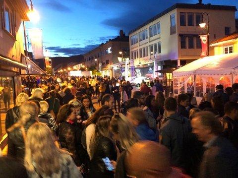 Folksomt: Mange var ute på byen natt til søndag. Det ble en travel natt for politiet, som har registrert 18 ordensforstyrrelser i loggen sin.