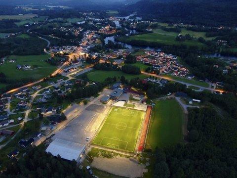 FLOTT ANLEGG: Her er flomlyset tent på det flotte nye fotball- og flerbruksanlegget i Hvittingfoss. Et anlegg som blir et stort løft for bygda.FOTO: THOR BRAAVIG