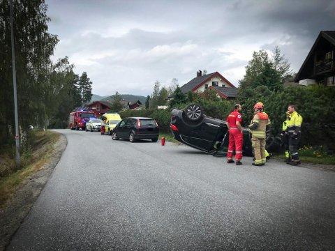 ULYKKE: Ulykken skjedde like ved Gamlegrendåsen skole. En bil havnet på taket.