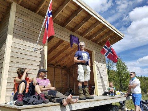 GAPAHUK: Olav Høva Næss er drivkraften bak gapahuken Håkonbue i Nes Nordmark ikke langt unna Tunhovd i Nore og Uvdal. 31. august inviterer han til arrangement.