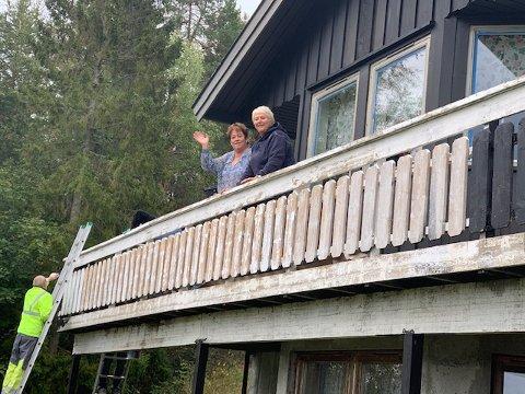 OVERRASKET: Else Bollerud (t.v) og venninnen Bente Kvilhaug på verandaen. Else fikk seg en stor positiv overraskelse denne dagen.