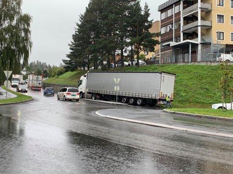 STÅR FAST: En trailer har fått motorstans ved sykehuset i Kongsberg og står fast.