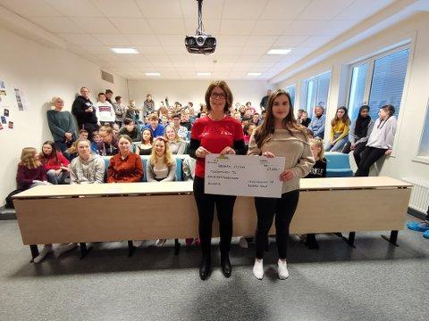 Samlet inn penger: Tone Larsen fra barnekreftforeningen i Buskerud sammen med Emma Jeanett Trulsen fra 10. klasse ved en tidligere anledning hvor 10. klasse hadde samlet inn penger.