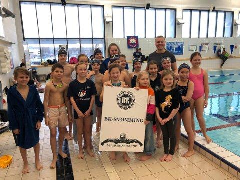 SVØMMEREKRUTTER: Her er BK-svømmerne som deltok i klubbens eget rekruttstevne lørdag. FOTO: PRIVAT