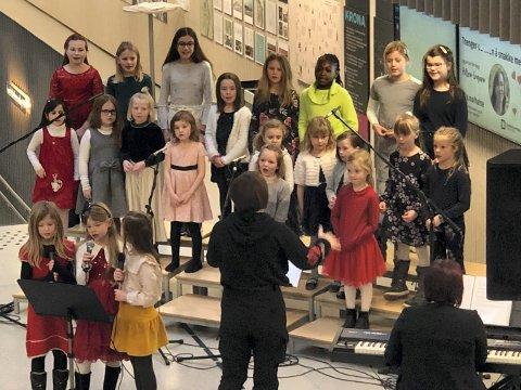 KORSANG: Kongsberg kirkes barnekor med flere bidro med sang.