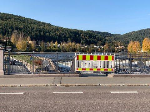 STENGT: Gangveien ved Lågen må repareres før den kan tas i bruk igjen.