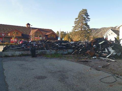 Må ryddes: Mange har reagert på at branntomten fortsatt ikke er ryddet og sikret. Nå har fristen som kommunen har gitt huseier, gått ut.