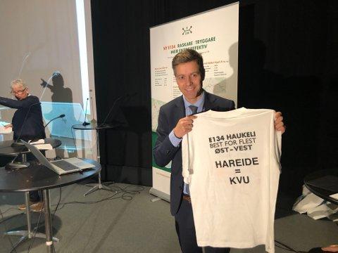 INGEN LØFTER: Samferdselsminister Knut Arild Hareide, som  fikk T-skjorte av arrangørene på vei over fjellet, lover ikke noe om innholdet i NTP, men sier Haukeli og Elgsjø - Saggrenda har gode muligheter. - Alt kan ikke komme samtidig. I mars legger regjeringen fram sitt forslag til NTP, sier Hareide.