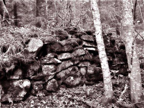 Forteljaren: Halvor Fosslid kunne fortelja. Han budde i Fosslid eller Fosslikøset. Steinmurar er alt som står att i denne plassen.