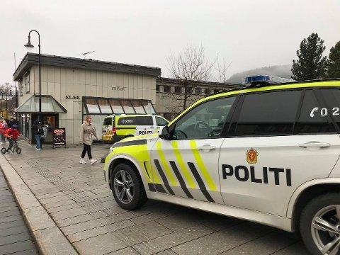 TYVERI: Fredag ettermiddag ble en kvinne mistenkt for tyveri gjenkjent av en patrulje i Kongsberg sentrum. Kvinne erkjente forholdene på stedet. Foto: Jenny Ulstein