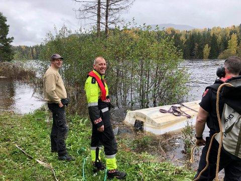 MYE VANN: Tor Egil Lande (t.v.) kontaktet Øystein Kjørstad i Kongsberg brann og redning da han så at båten var i ferd med å synke.