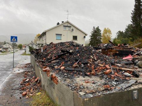 Bare rester igjen: Det er lite igjen av huset som en gang sto i Sentrumsveien 25 i Hvittingfoss. Lite har skjedd med tomta siden det brant for et år siden.