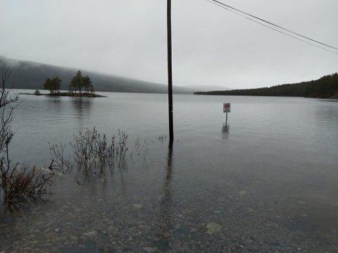 MYE VANN: Det er fullt i Pålsbufjorden, og kanskje ikke så aktuelt å campe, slik skiltet advarer mot.