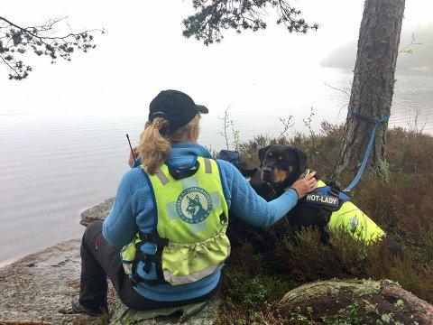 LETER: Berit Lysne, operativ leder for Norske Redningshunder avdeling Drammen sammen med hunden Laila (6) har vært ute å lett etter en 70-år gammel mann som er meldt savnet fra Saggrenda i Kongsberg. Bildet er tatt i en annen annledning. Foto: Kjersti Bakke