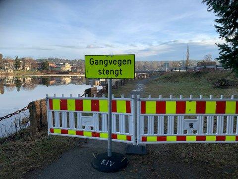 GANGVEI: Gangveien er stengt, og det er usikkert om eller når den åpnes.