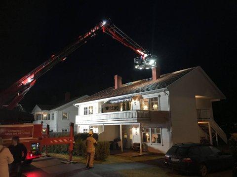 PIPEBRANN: Tirsdag kveld begynte det å brenne i en pipe på Gamlegrendåsen. Brannvesenet var raskt på stedet. Foto: Cato Martinsen