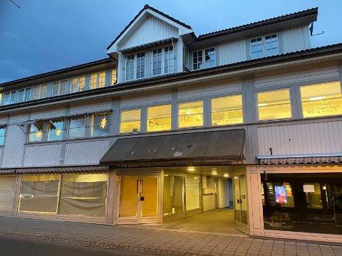 STENGT: Legegruppen Kongsberg i Skolegata er berørt av koronasmitte Hele legekontoret er nå stengt. Foto: Christian Mauno.