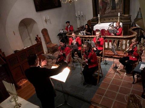 STEMNINGSFULLT: Kongsgårdmoen skolekorps spilte på lysmessen i Hedenstad kirke 1. søndag i advent