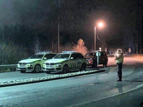 FULL UTRYKNING: Alle nødetatene rykket ut til Grettefoss bru i Svene torsdag kveld. En person mener å ha sett en annen person ramle ned i elva fra brua.