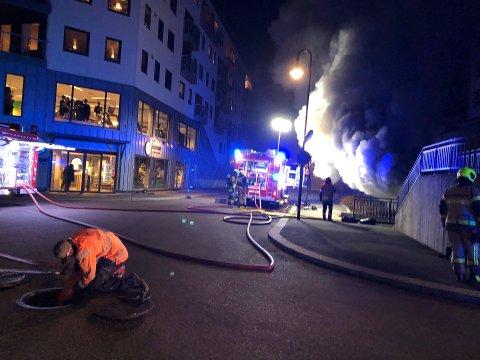TRENING: Treningssenteret Sense ligger rett over gata for boligblokka som brant søndag kveld.
