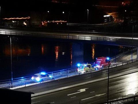 Mannen falt i vannet fra gangveien som går under Kongsberg bru.