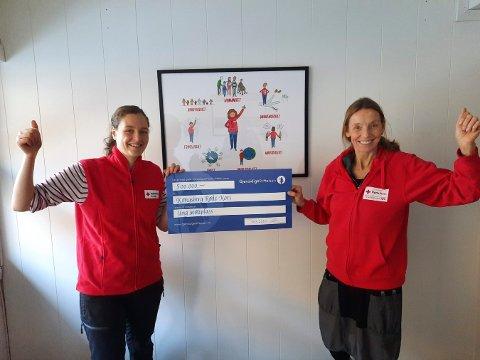 OVERREKKELSE: Mari Jystad (t.v.) og Sidsel Mohn fra Kongsberg Røde Kors har fått penger til å pusse opp kjellerstua på Røde Kors-huset.