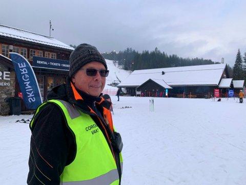 VAKT: Steinar Guttormsen sørget for trygge korona-forhold i skibakken lørdag.