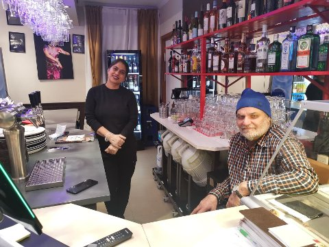 GI TILBAKE: Eierne av den indiske restauranten Tandoori Masala på Steglet, ga bort gratis julemat på julaften,  for folk som ellers ville ha sittet alene.  De forteller at det ble en vellykket kveld. Foto: Katrine Alexandra Leirmo Heiberg.
