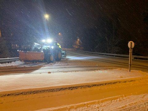 DET SNØR: En brøytetraktor i krysset Drammensveien/Lurdalsveien mandag morgen.