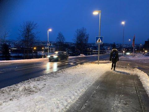 GRÅTT OG VÅTT: Det er ikke like vinterlig som det var i går. Bildet er tatt ved Numedalsveien ved ni-tiden tirsdag morgen.