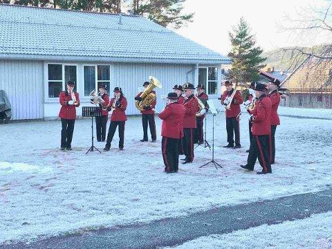 JULEMUSIKK: Medlemmer av KV-Musikken spilte julen inn på sykehjemmene i Kongsberg julaften. Her er de utenfor Skinnarberga.
