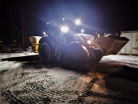 TRAVLE: Strømannskapene i Kongsberg kommune var 17. desember travelt opptatt med å få veier og gangveier trygge. Da var det nemlig regn, og svært glatte veier.