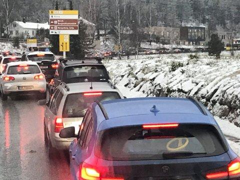 KØ: Mange står i kø gjennom Kongsberg fredag ettermiddag.