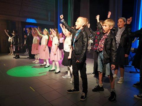 SUKSESS: Over 45 barn og ungdom sto på scenen i Hvittingfoss fredag kveld. Det var premiere på forestillingen Olsenbanden jr. på rocker'n. Foto: Katrine Alexandra Leirmo Heiberg