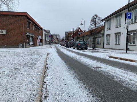 Det har blitt hvitt i Skolegata. Bildet er tatt rundt halv elleve tirsdag.