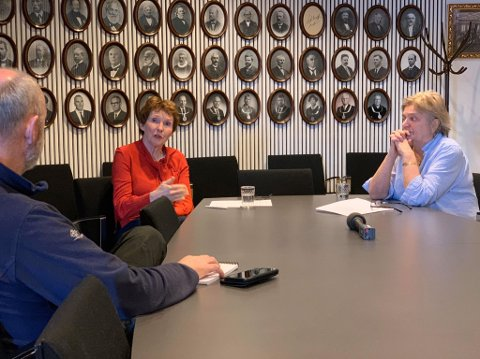 KRISELEDELSEN: Kari Anne Sand (t.v.) og Wenche Grinderud  utgjør Kongsberg kommunes kriseledelse. Bildet er tatt under fredagens pressemøte.